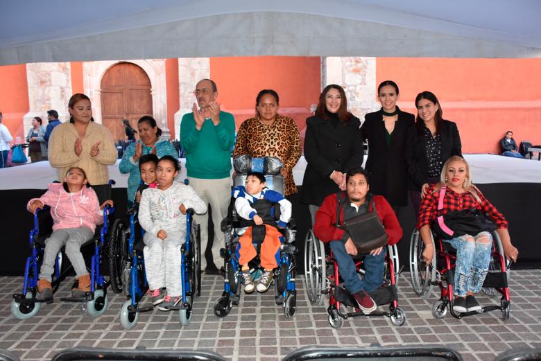 Entrega DIF León sillas de ruedas y aparatos auditivos